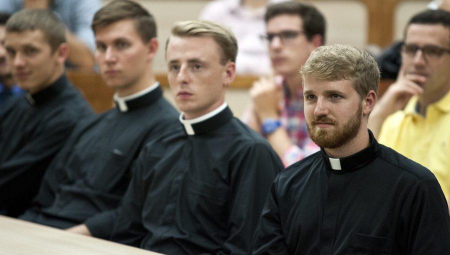 Sacerdotes-en-clases-scaled